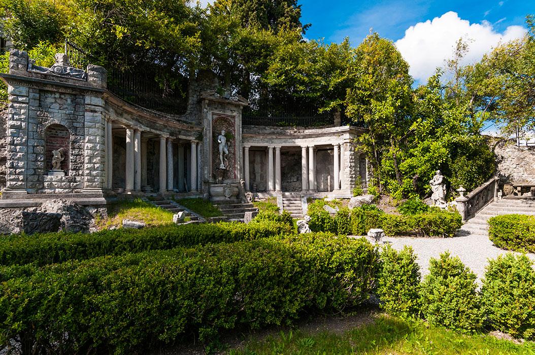 Il colonnato nel parterre del giardino di ingresso