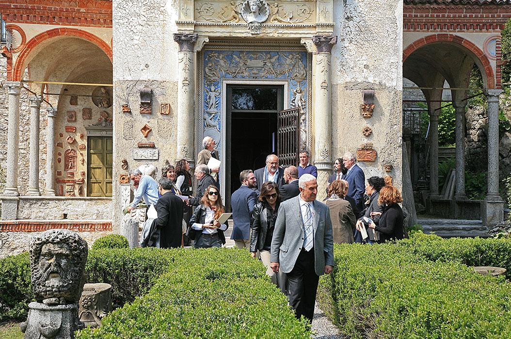 Inaugurazione persone all'ingresso della Casa Museo