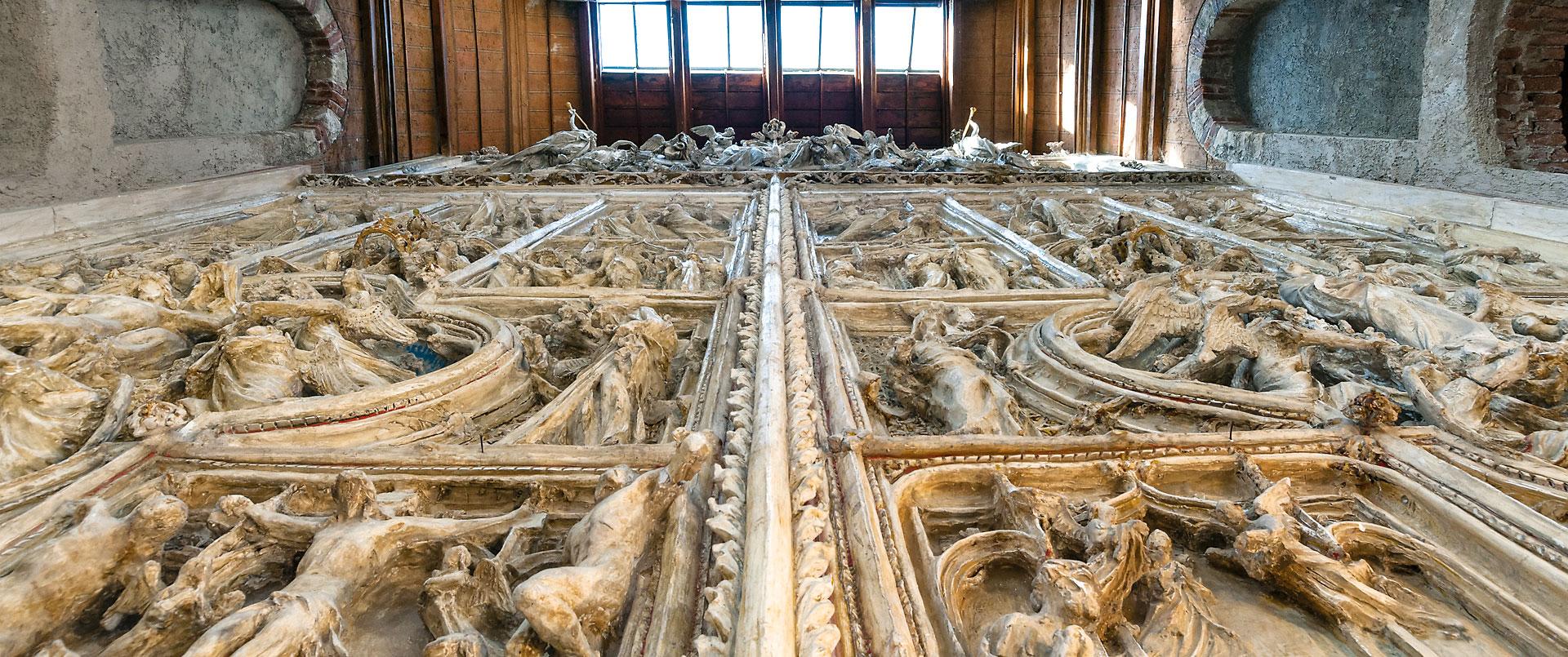 L'originale in gesso della porta del Duomo di Milano nella