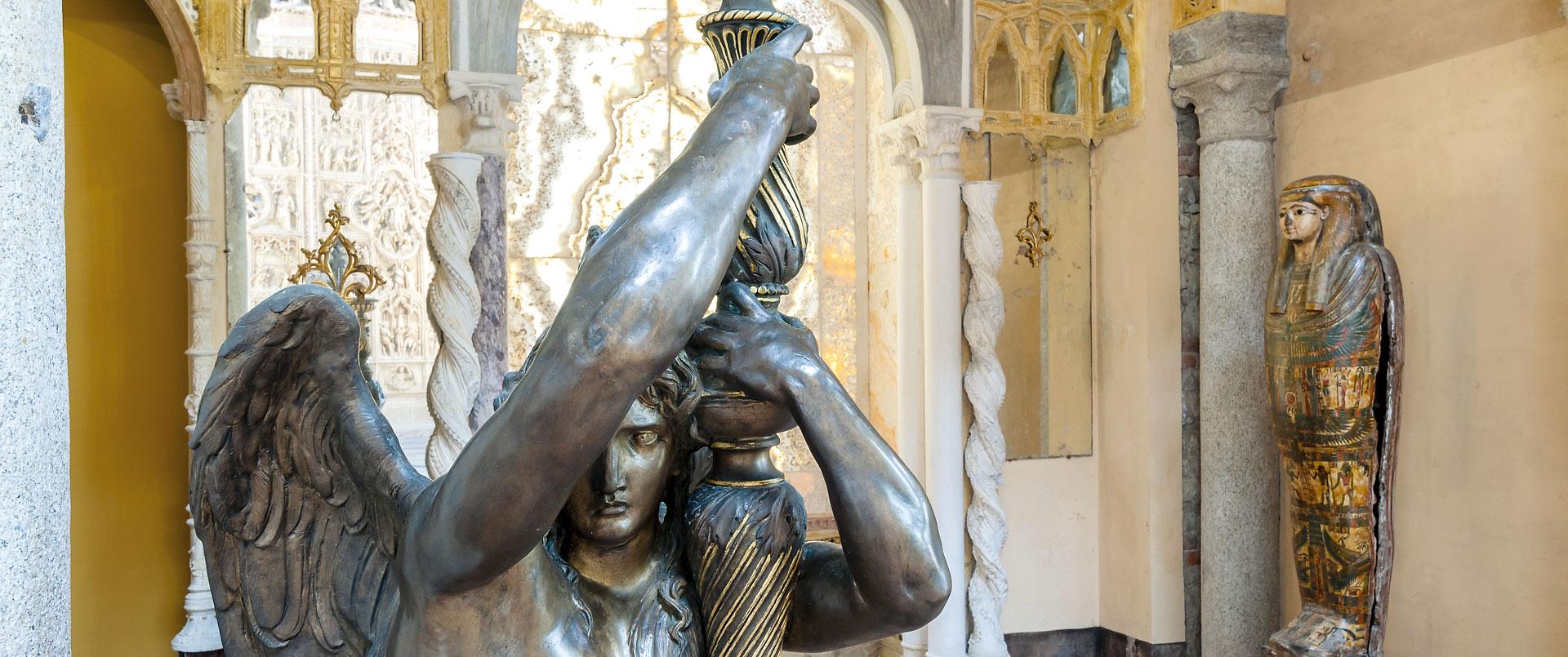 Museo Pogliaghi: le raccolte Nel Museo Pogliaghi sono custodite le eterogenee collezioni d'arte dell'omonimo artista: nella sala del Tesoro sono conservati reperti archeologici, Madonne lignee tardo gotiche, italiche e nordiche ed un presepe napoletano settecentesco.